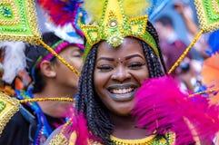 Gatadansaren har gyckel på den London's Notting Hill karnevalet Royaltyfri Foto