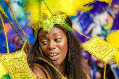 Gatadansaren har gyckel på den London's Notting Hill karnevalet Royaltyfri Bild