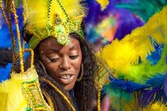Gatadansaren har gyckel på den London's Notting Hill karnevalet Arkivfoto