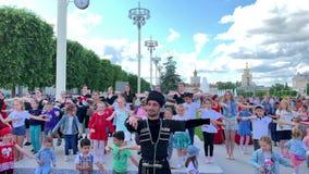 Gatadanser, undervisande barn, Caucasian danser stock video