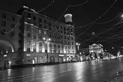 Gatadekor för nytt år i Moskva vid natt Royaltyfri Bild