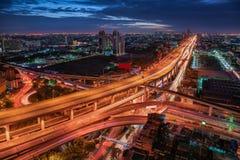 Gataföreningspunkt och uttrycklig väg av Bangkok, Thailand Gränsmärke- och cityscapeskyskrapabyggnader på nattplatsen , Härligt arkivbilder