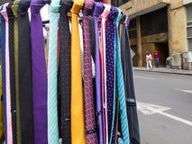 Gataförsäljning av färgrika manband på det Cali centret arkivfoto
