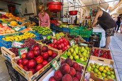 Gataförsäljning Nya frukter och grönsaker på skärm Arkivfoto
