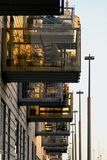 Gatafoto av en byggnad med balkonger royaltyfria bilder