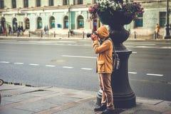 Gatafotograf, turist- tagande foto på den Nevsky utsikten i St Petersburg Fotografering för Bildbyråer