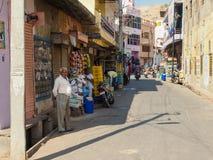 Gatafotografi av folk på vägen nära Amber Fort, Jaipur, Indien Arkivfoton