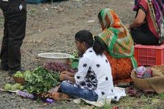 Gatafrukt och traditionellt återförsäljnings- för grönsaker shoppar i Indien royaltyfri fotografi