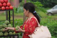 Gatafrukt och traditionellt återförsäljnings- för grönsaker shoppar i Indien royaltyfria foton
