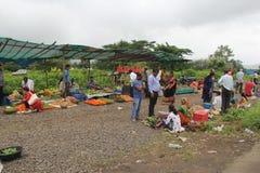 Gatafrukt och traditionellt återförsäljnings- för grönsaker shoppar i Indien royaltyfri bild