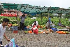 Gatafrukt och traditionellt återförsäljnings- för grönsaker shoppar i Indien royaltyfria bilder