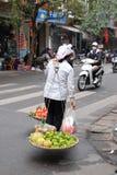 Gatafruktförsäljare på cykeln i Hanoi gamla fjärdedel Royaltyfria Bilder