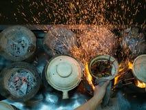 Gatagatuförsäljare Cooking med att flyga för gnistor Royaltyfri Bild