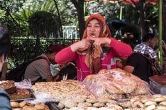 Gatagatuförsäljaren säljer bröd för 10RMB, Shanghai Royaltyfri Fotografi
