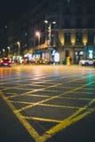 Gatagenomskärningen målade i guling i staden under natt royaltyfri bild