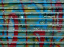 Gatagrafitti på den tenn- väggen, bakgrund royaltyfri bild