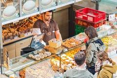 Gatahandel av bageriprodukter i den Hauptbahnhof järnvägstatistiken royaltyfri bild