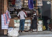 Gatahandel på zanzibar, pojkar som säljer kläder, Tanzania Arkivbilder