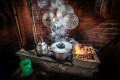 Gatakök med kokkärlet på öppen brand i Vietnam Arkivfoton