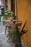 Gatakafé i Naples, Italien arkivbilder