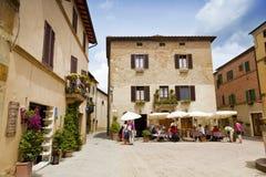 Gatakafé i staden av Pienza, Italien Arkivfoton