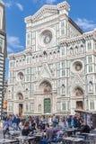 Gatakafé nära domkyrkan Santa Maria del Fiore Duomo i Flo Arkivfoto