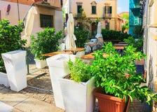 Gatakafé på Corso Umberto Street i Olbia royaltyfria foton