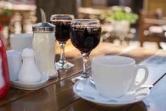 Gatakaféer, vinexponeringsglas och en kopp kaffe royaltyfri fotografi