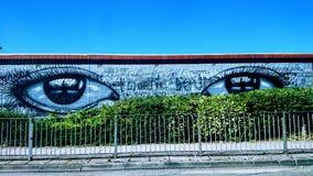 Gatakonst - hålla ögonen på dig arkivbild