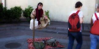 gatakonst Jedi som sitter i luft, mans supermakter till allmänhet arkivfoto