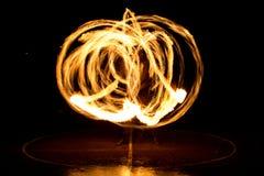 Gatakonst, man som spelar med flammor Royaltyfria Bilder