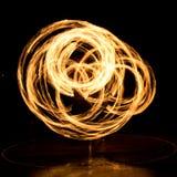 Gatakonst, man som spelar med flammor Arkivfoto