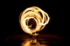 Gatakonst, man som spelar med flammor Arkivbilder
