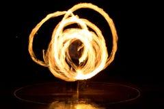 Gatakonst, man som spelar med flammor Arkivfoton