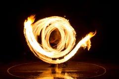 Gatakonst, man som spelar med flammor Royaltyfri Bild