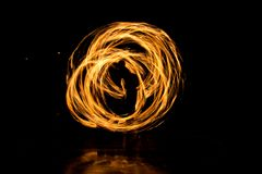 Gatakonst, man som spelar med flammor Arkivbild