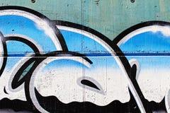 Gatakonst, segmenterar av en stads- grafitti på väggen, krom märker Royaltyfria Bilder