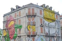 Gatakonst vid blått och OS Gemeos i Lisbon Arkivbild