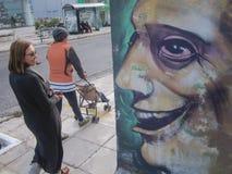 Gatakonstbegrepp Grafitti på väggen Gata som utformas av väggmålning Gatakonstbackround arkivbilder