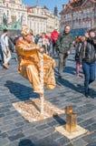 Gatakonstnär på den gamla Tow Square i Prague Arkivbild