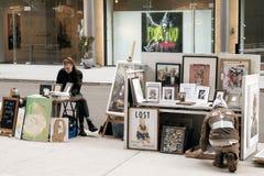 Gatakonstnär Selling Work Fotografering för Bildbyråer