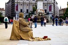 Gatakonstnär som framme gör hans kapacitet i gatan av parkerafotgängarna Royaltyfri Bild