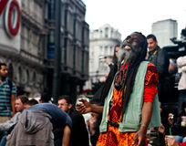 Gatakonstnär som hypnotiserar sig, och folkmassa Arkivfoto