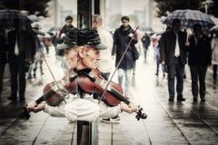 Gatakonstnär som spelar fiolen Royaltyfri Bild