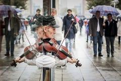 Gatakonstnär som spelar fiolen Royaltyfri Fotografi