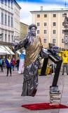 Gatakonstnär som utför svävningtrick i den gamla mitten av Salzburg, Österrike Arkivfoto