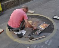 Gatakonstnären Is Trying To gör en uppehälle Royaltyfria Bilder