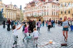 Gatakonstnärer i den gamla stadfyrkanten i Prague, tjeck Royaltyfria Bilder