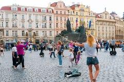Gatakonstnärer i den gamla stadfyrkanten i Prague, tjeck Arkivbild