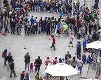 Gatakonstnärer och folkmassa i Santiago de Chile Royaltyfria Foton